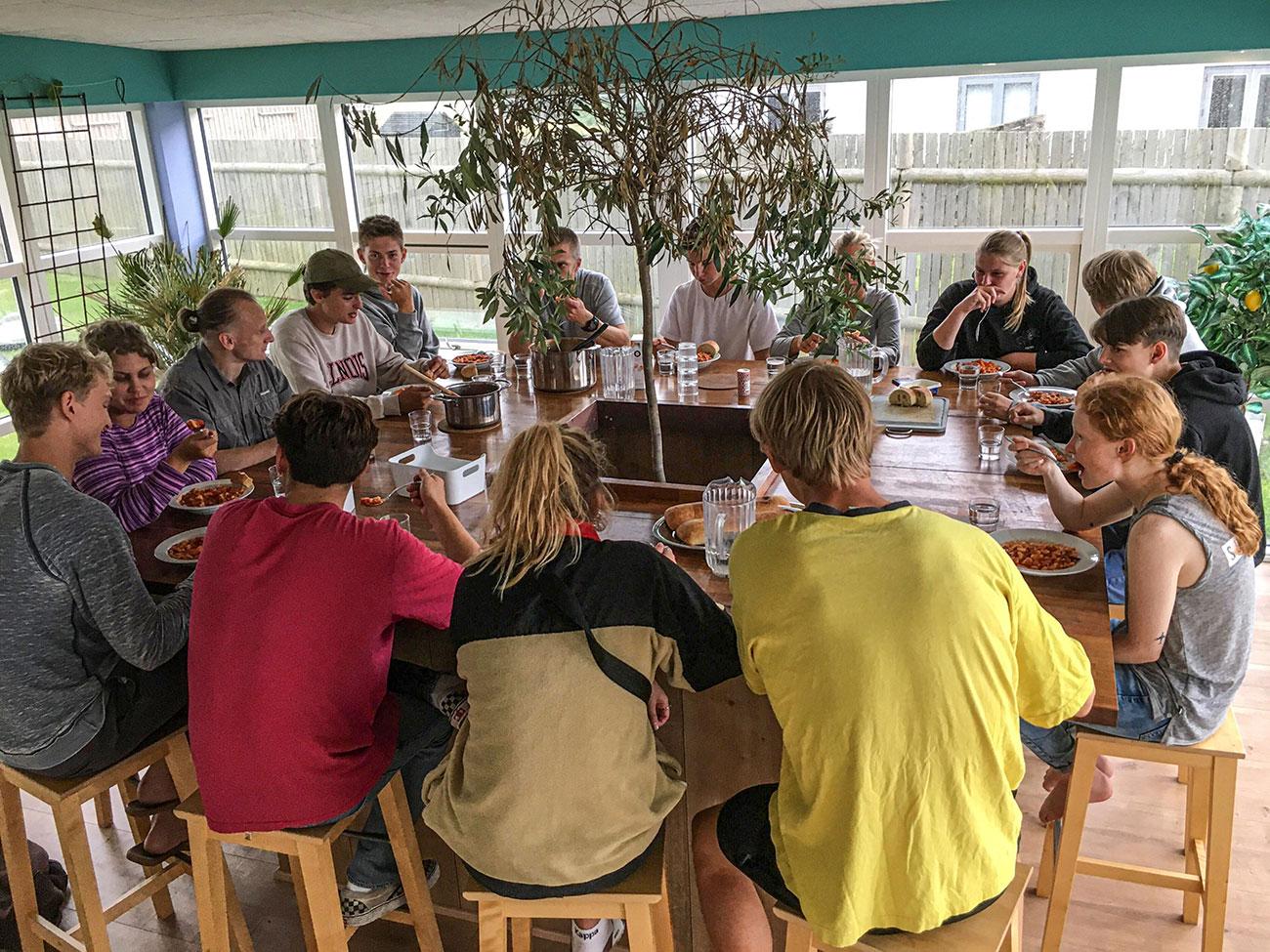 Fællesspisning på kollegiet HF Cold Hawaii Klitmøller