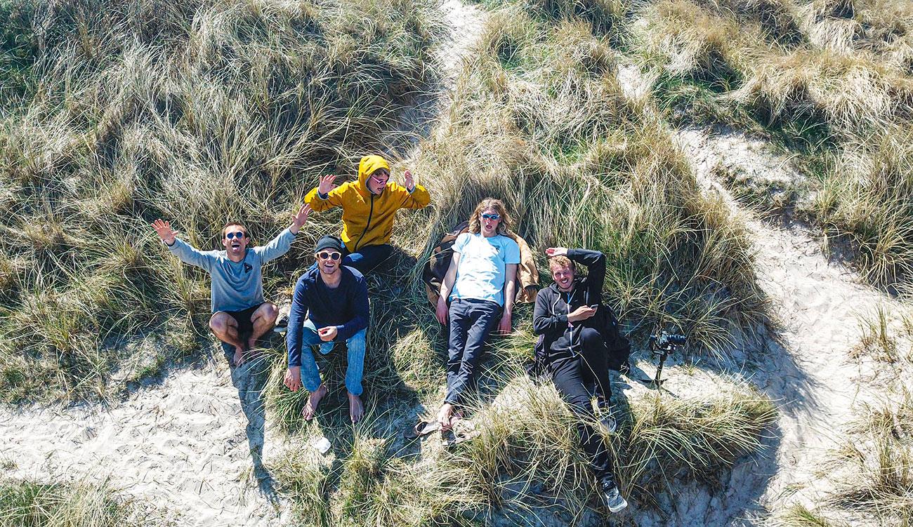 HF studerende i Klitmøller slapper af i klitterne